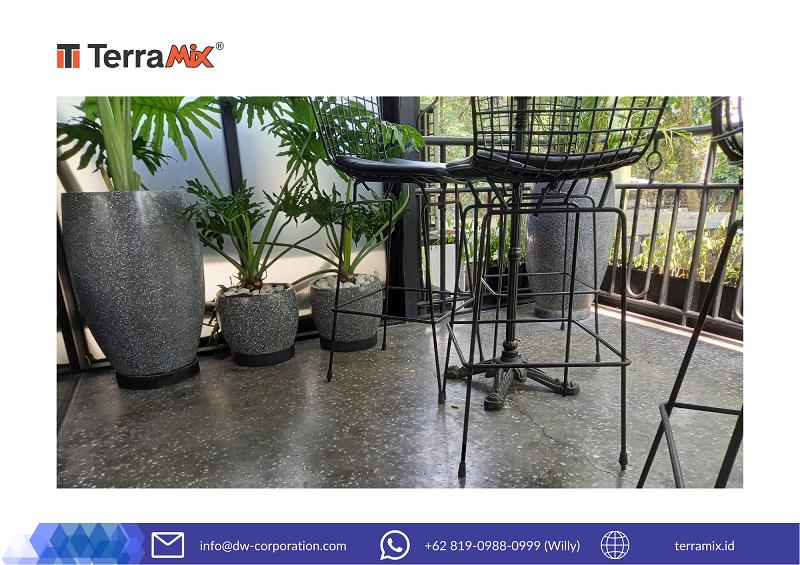 Indahnya Area Balkon di Jurnal Risa Coffee, Bandung dengan Ubin Teraso Black Casto